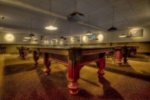sala con mesas de billar